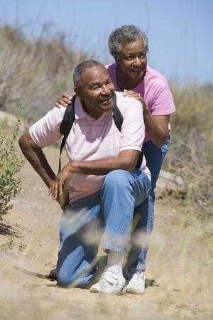 walking trail: Senior matura camminando su un sentiero  Archivio Fotografico
