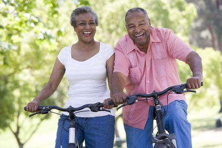 Senior joven en bicicleta