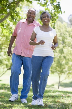 vecchiaia: Senior matura camminare insieme nel parco