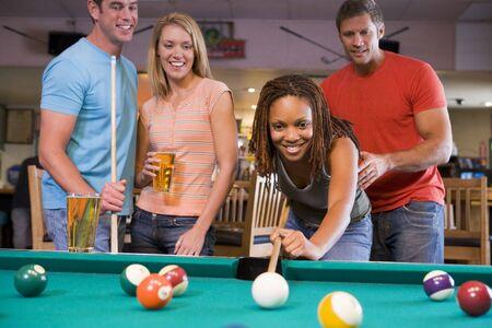 snooker room: Amici che giocano piscina  Archivio Fotografico