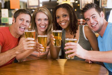 hombre tomando cerveza: Dos parejas que tengan cerveza juntos
