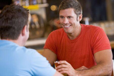 mature adult men: Due uomini che hanno birra insieme  Archivio Fotografico