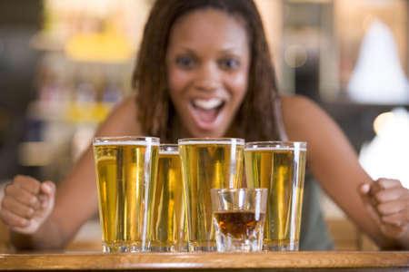 bier glazen: Vrouw die zich met verschillende bierglazen Stockfoto