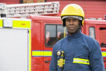 voiture de pompiers: Pompier permanent par un incendie moteur port casque