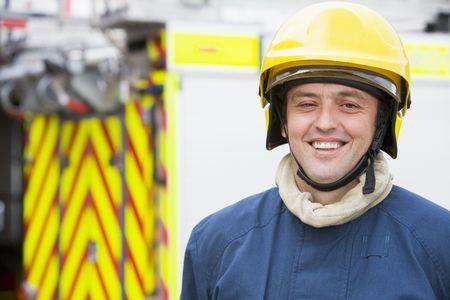 motor ardiendo: Bombero permanente por el uso del casco de bomberos