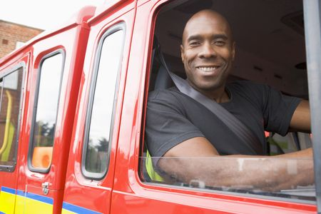voiture de pompiers: Pompier assis dans le feu du moteur de recherche fen�tre