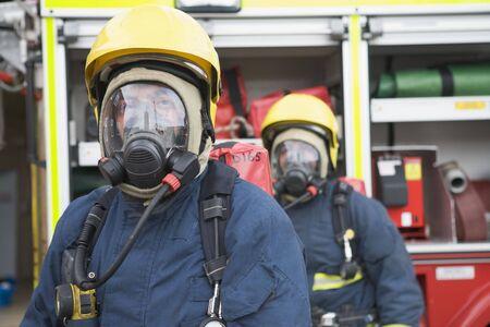 voiture de pompiers: Deux pompiers de masques pr�s pompiers (profondeur de champ)