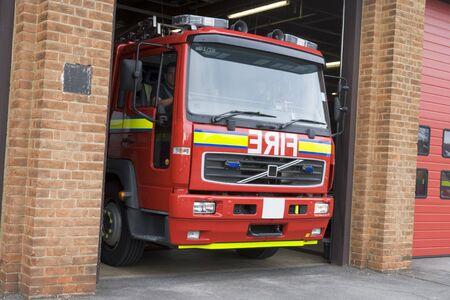 voiture de pompiers: Les pompiers de conduire pompiers du Firehouse