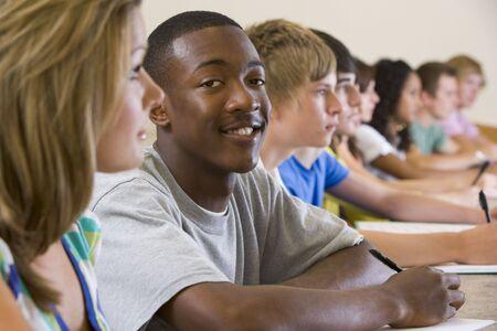 taking note: Studenti in classe con attenzione e prendere appunti (attenzione selettiva)  Archivio Fotografico