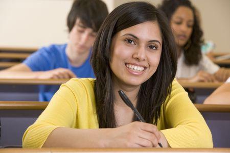taking note: Studente in classe prendere appunti (attenzione selettiva)