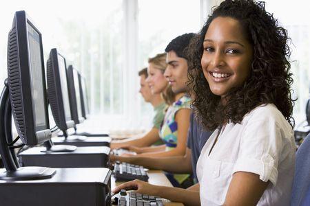 etudiant africain: Quatre personnes sont assises devant l'ordinateur terminaux (profondeur de champ  haute cl�)
