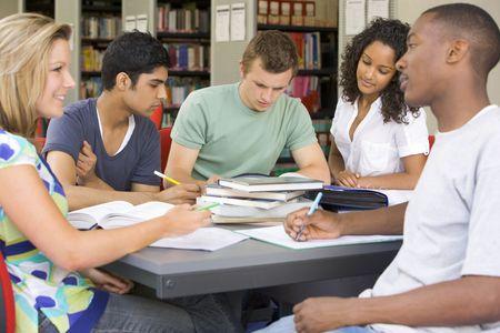 Cinco personas en la biblioteca estudiando (atención selectiva)