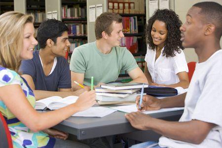 teenager thinking: Cinco personas en la biblioteca estudiando (atenci�n selectiva)