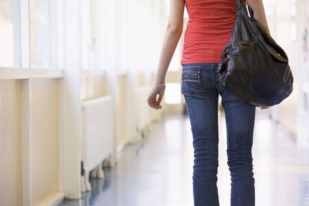high key: Studente in piedi in corridoio (alta chiave)