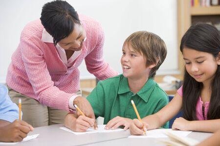 tutor: Los estudiantes en la clase de escritura con ayuda de maestros
