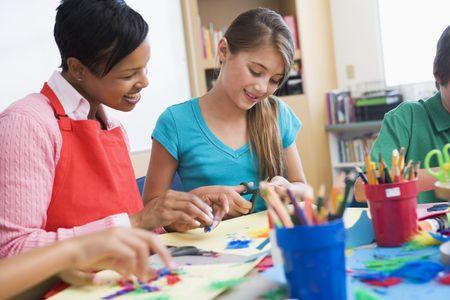 femme professeur: L'enseignant et l'�l�ve dans la classe d'art (s�lective focus)