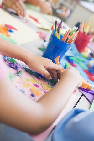salle classe: Les �l�ves en classe d'art mettant l'accent sur les mains (s�lective focus) Banque d'images
