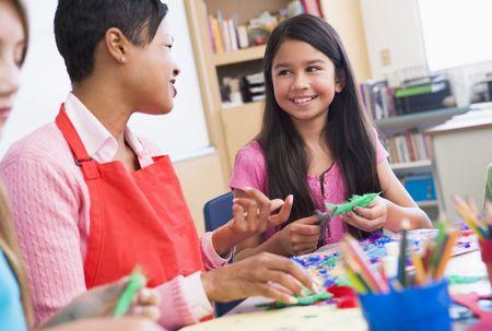 preadolescentes: Profesor y estudiante en clase de arte (atenci�n selectiva)  Foto de archivo