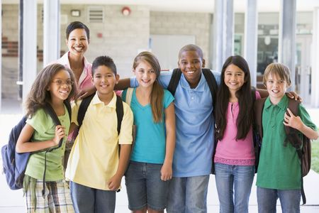 alumno estudiando: Seis estudiantes de pie fuera de la escuela con el maestro