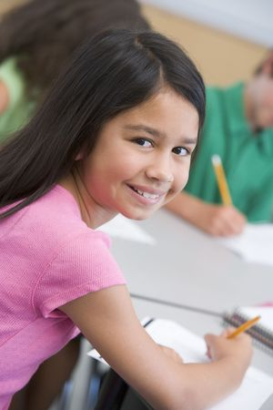 preadolescentes: Estudiante en la clase mirando a la c�mara (enfoque selectivo) Foto de archivo