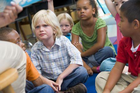 middle class: Los estudiantes en la clase sentados en el piso (atenci�n selectiva)  Foto de archivo