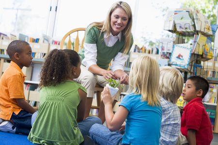 docenten: Leraar in de klas waarin studenten bamboe plant