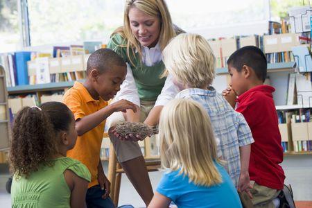 maestra jardinera: Profesor en clase los estudiantes que muestran un nido