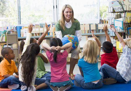 educating: Profesor en clase con los estudiantes voluntarios