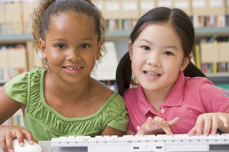 african student: Due studenti in classe a tastiera del computer