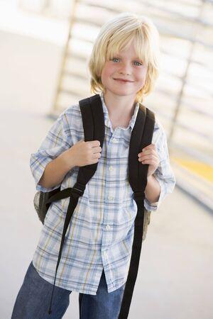 high key: Studente in piedi all'aperto sorridente (alta chiave)