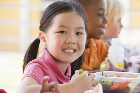 bambini cinesi: Studenti di mangiare all'aperto pranzo (attenzione selettiva)