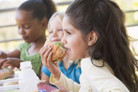 comer sano: Los estudiantes de comer el almuerzo al aire libre (atenci�n selectiva)