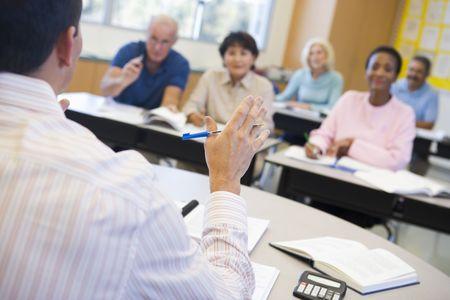 mature adult men: Insegnante in classe gli studenti docenza adulti (attenzione selettiva)