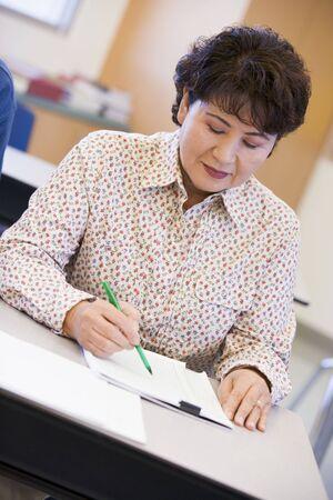 taking note: Adulti studente in classe prendere appunti