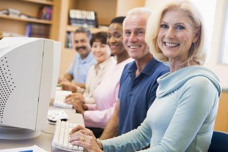 gl�ckliche menschen: F�nf Menschen im Computer-Terminals in der Bibliothek (Sch�rfentiefe)