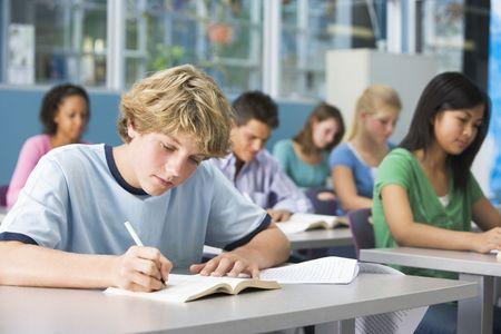 estudantes: Estudantes que estudam na sala de aula de geografia