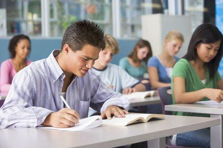 alumnos estudiando: Los estudiantes que estudian en clase de geograf�a Foto de archivo