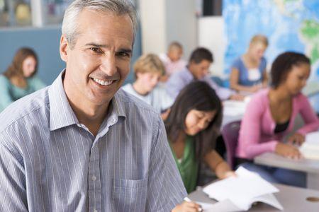 alumnos estudiando: Los estudiantes que estudian en clase de geograf�a con el maestro