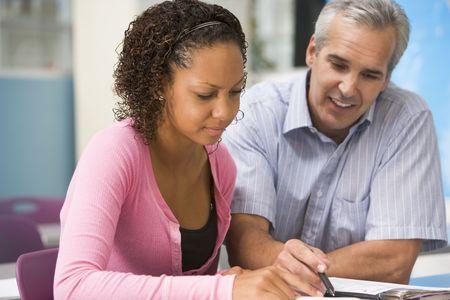 teacher student: Maestro dando instrucci�n a personal femenino de los estudios