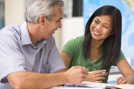 Maestro dando instrucción a personal femenino de los estudios
