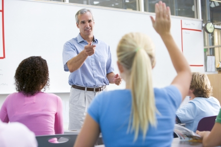 middle class: Los estudiantes respondiendo a las preguntas en clase de matem�ticas con el profesor  Foto de archivo