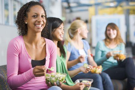 adolescentes chicas: Los estudiantes que tengan almuerzo