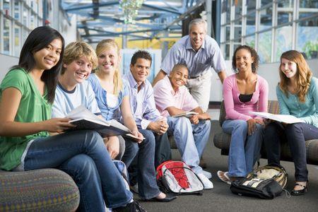 alumno estudiando: Los estudiantes del grupo de estudio con el maestro Foto de archivo