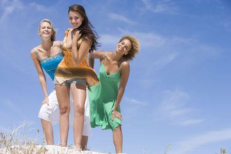 highlights: Joven mujer posando sobre una colina de arena  Foto de archivo
