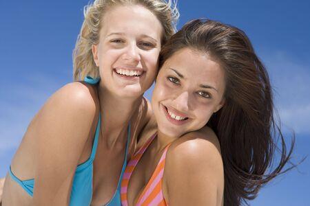 two piece bathing suit: Dos mujeres j�venes que presentan al aire libre