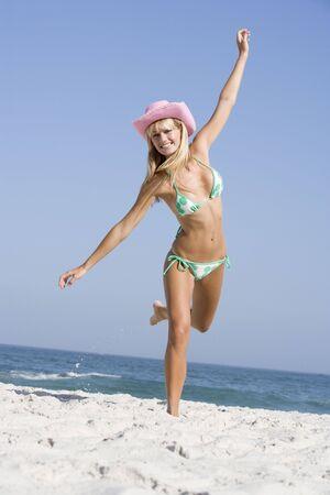 two piece bathing suit: Mujer en un dos piezas traje de ba�o posando en una playa  Foto de archivo