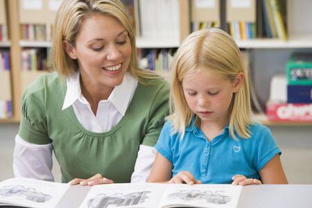 tutor: Estudiante en la clase de lectura con el maestro