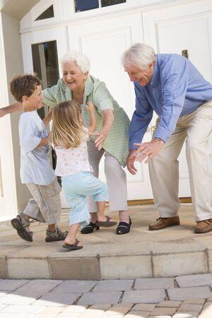 Großeltern begrüßen Enkel.  Standard-Bild