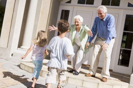 abuelos: Abuelos nietos de bienvenida. Foto de archivo