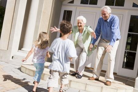 Großeltern begrüßen Enkel.